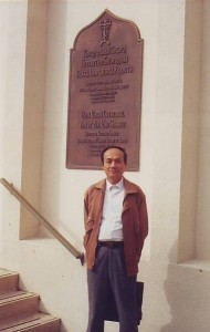 Ван Чжичен у кафедрального собора в Сан-Франциско