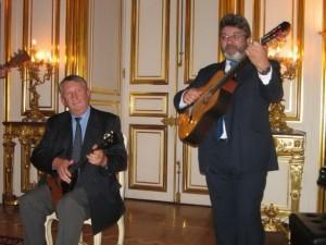 Князь А. Трубецкой (слева) играет на балалайке. Париж. Фото М. Дроздова