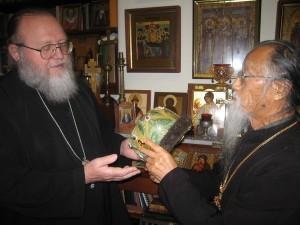 Митрополит Иларион показывает митру святителя Иоанна Шанхайского о. Михаилу Ли