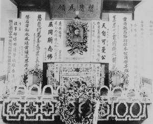 Традиционно вынос гроба сопровождался причитаниями, восхвалявшими покойного.