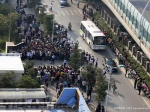 Демонстрация горожан против зачинщицы драки в Шанхае