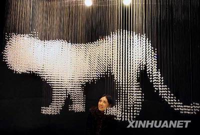 Swarowski показал шанхайцам хрустального тигра