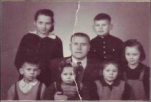 Перед отъездом в СССР, Шанхай, 1954 г. Стоят: я, брат Юра и сестра Лена. Сидят Боря, Нина (у папы на руках) Ирина.